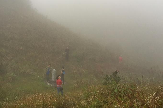 Mốc giới 1305 nằm giữa hai sườn núi chìm ngập trong mây mù - Ảnh: Thủy Trần